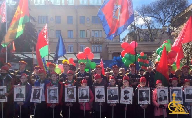 Торжественная церемония возложения цветов и венков прошла у Вечного огня на площади Победы. Ее участники – курсанты МЧС