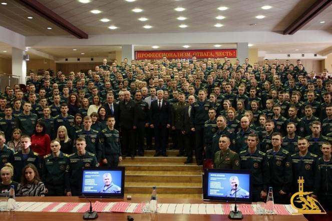 Летчик-космонавт, Герой России Олег Новицкий посетил университет МЧС